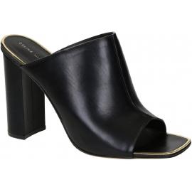 Céline Stückel gleitet Sandalen aus schwarzem Leder